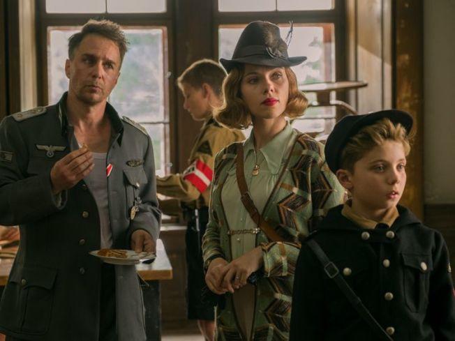 史卡莉喬涵森(右二)和山姆洛克威爾(左一)的角色都有相當人性化的光輝時刻,成為男主角喬喬的精神依靠。(圖:福斯探照燈)