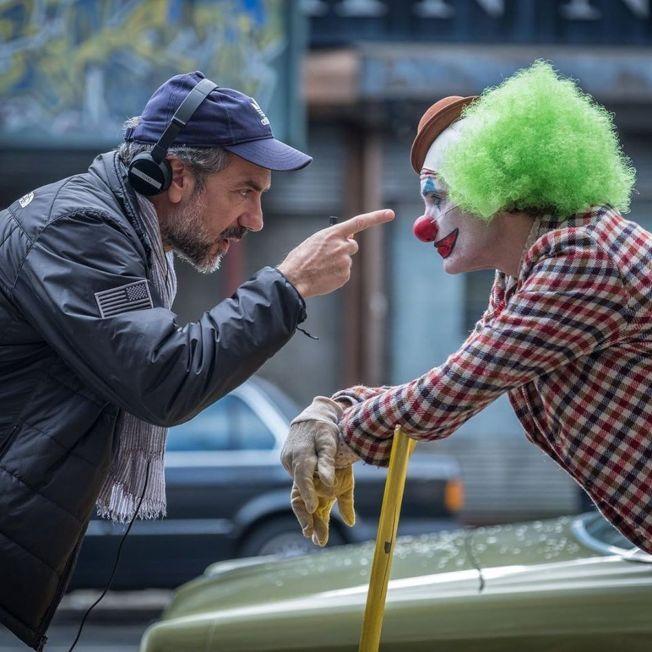 「小丑」導演陶德菲利普斯(左)釋出多張他與瓦昆菲尼克斯的幕後工作照。(圖:華納兄弟提供)