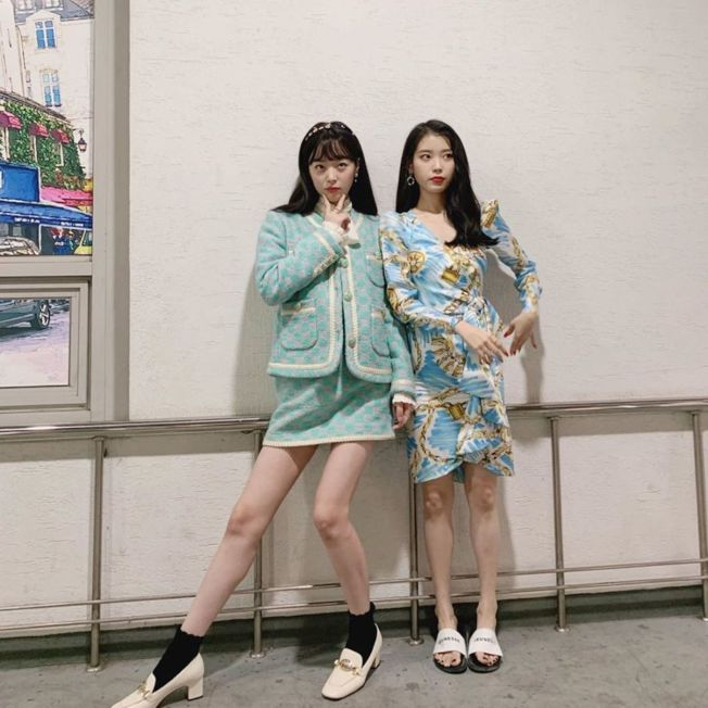 雪莉為力挺好友IU曾客串《德魯納酒店》,兩人開心合照。(取材自Instagram)