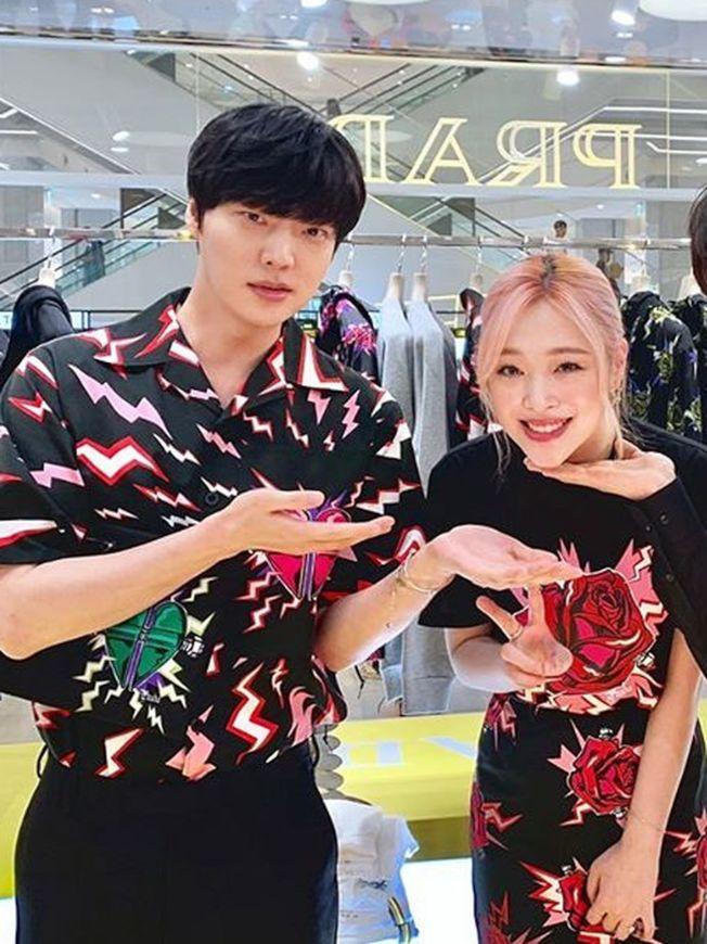 安宰賢(左)曾和雪莉合作過《時尚王》。(取材自Instagram)