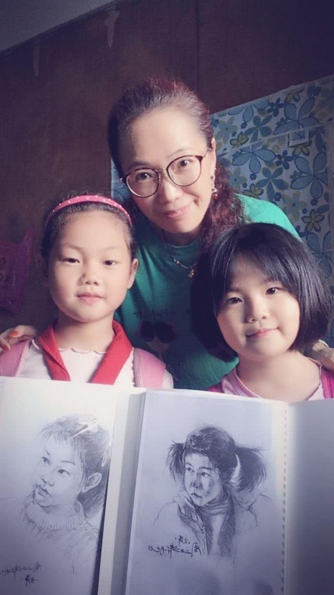 周文萍在支教期間,為50名孩子分別繪製屬於自己的素描畫像。(取材自北京青年報)