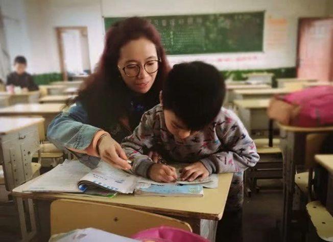 全班50人中接近半數學生為留守兒童,周文萍不僅是教學的引導者,還是生活的陪伴者。(取材自北京青年報)