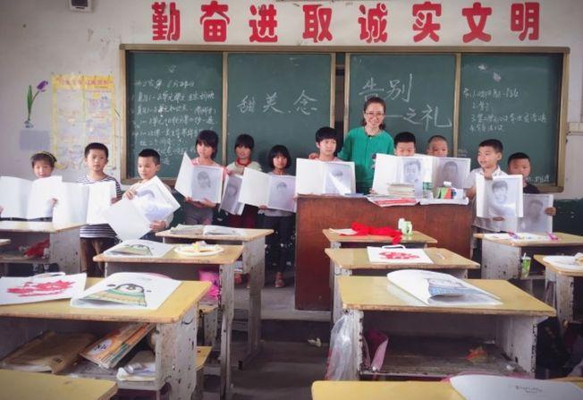 美術老師周文萍在支教期間成為小學二年級的語文老師。(取材自北京青年報)