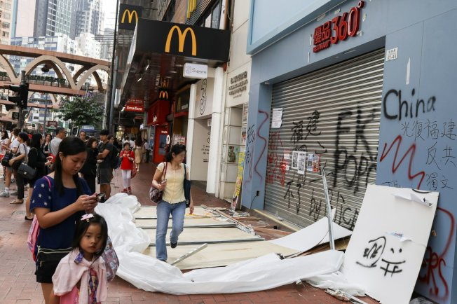 受到反送中抗爭影響,香港許多店家生意大受影響,連帶波及商鋪租金。路透