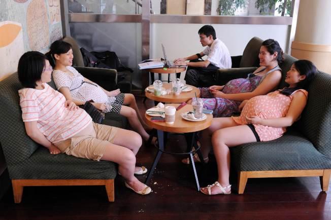 圖為上海一群孕婦在咖啡廳聚會紓壓。Getty Images