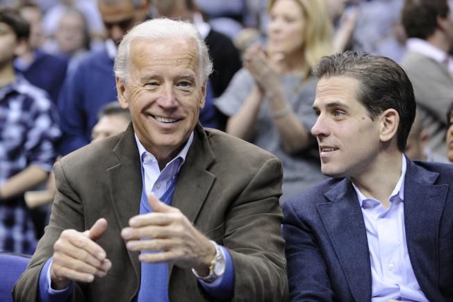 前副總統白登(Joe Biden,左)的兒子杭特‧白登(Hunter Biden,右)合影。圖為2010年檔案照。美聯社