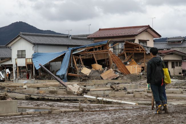 日本長野縣河川潰堤處附近,15日滿目瘡痍。Getty Images