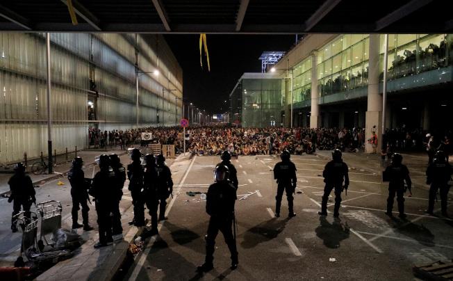 加泰隆尼亞獨派群眾14日在巴塞隆納國際機場與警方對峙,抗議西班牙最高法院將獨派領袖判處重刑。(路透)