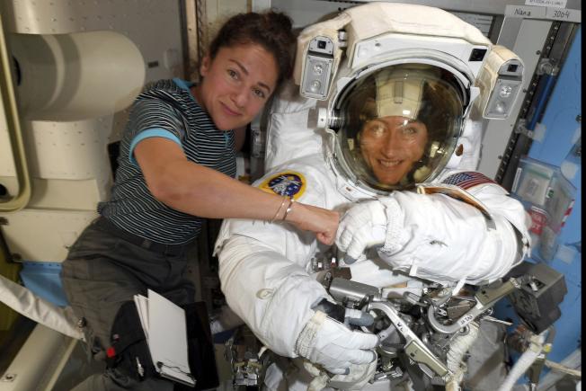 美國太空總署本周將進行史上首度全部由女性太空人執行的「太空漫步」 任務,負責執行此任務的兩位女太空人分別是克莉絲汀.考克(右)和潔西卡.梅爾(左)。(美聯社)
