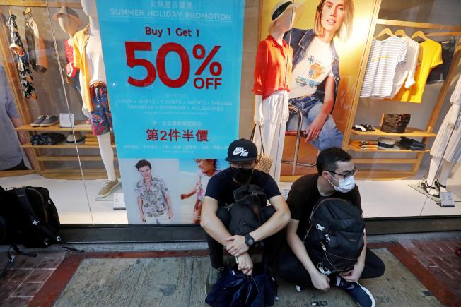 反送中風暴衝擊,許多店家生意大受影響,店鋪租金創21年最大跌幅。(路透)