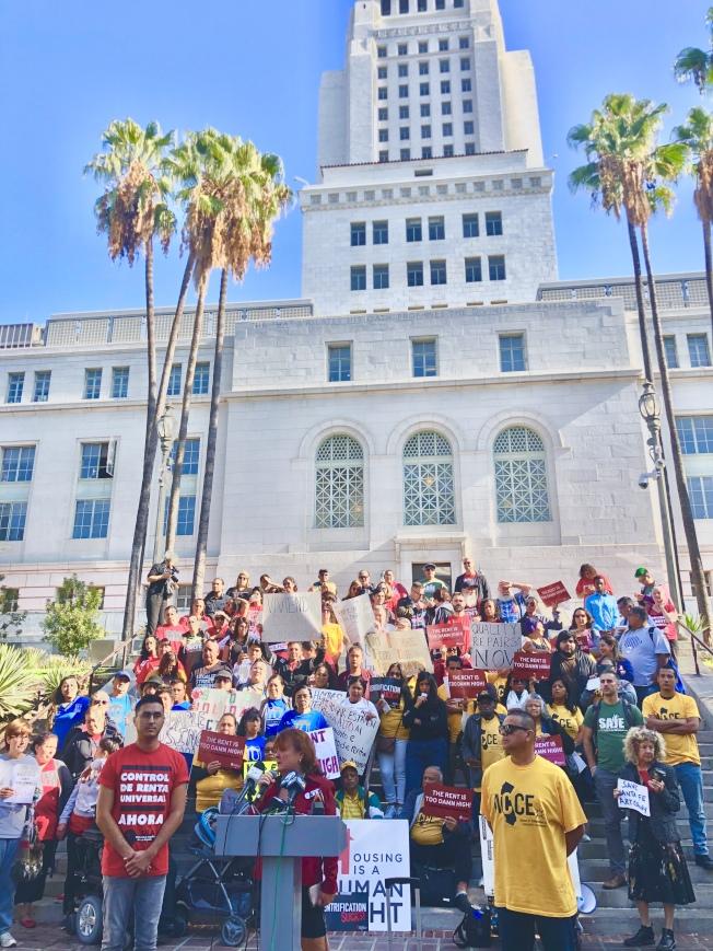 民權組織洛杉磯市府大樓前集會,要求通過緊急法令保護租客。(記者王若然/攝影)