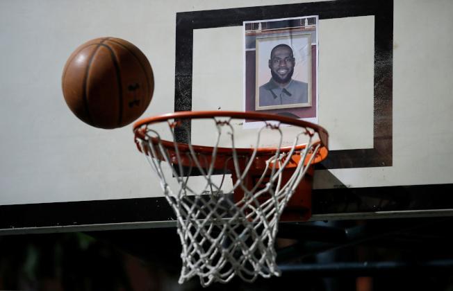 NBA球星湖人隊詹姆斯14日批火箭隊總經理莫雷「挺港」是惹火燒身,引發香港反送中示威者極大不滿,群起抗議,15日在香港灣仔修頓遊樂場,把詹姆斯的照片貼在籃球板上方,當做靶心投球攻擊。(路透)