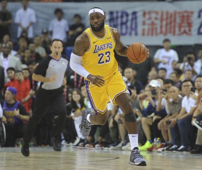 洛杉磯湖人隊球星詹姆斯12日在深圳NBA中國賽與布魯崙網隊比賽。(美聯社)