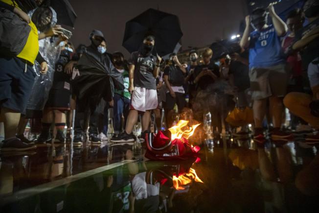 NBA球星湖人隊詹姆斯14日批火箭隊總經理莫雷「挺港」是惹火燒身,引發香港反送中示威者極大不滿,群起抗議,15日在香港灣仔修頓遊樂場,焚燒詹姆斯的照片與球衣,表達憤怒。(路透)