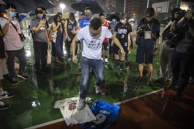 NBA球星湖人隊詹姆斯14日批火箭隊總經理莫雷「挺港」是惹火燒身,引發香港反送中示威者極大不滿,群起抗議,15日在香港灣仔修頓遊樂場,把詹姆斯的照片球衣踩在地下,表示憤怒。(美聯社)n)