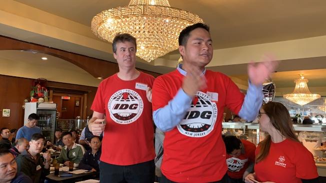 格林布拉特(左)、陳海靈(右)講解黑車基金,鼓勵華裔司機參與。(本報記者/攝影)