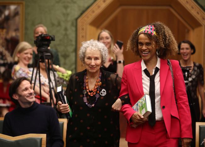 加拿大女作家瑪格麗特愛特伍(左)和英國籍奈及利亞裔作家伯納德.埃瓦里斯托(右)14日在倫敦共同獲頒曼布克獎。(路透)