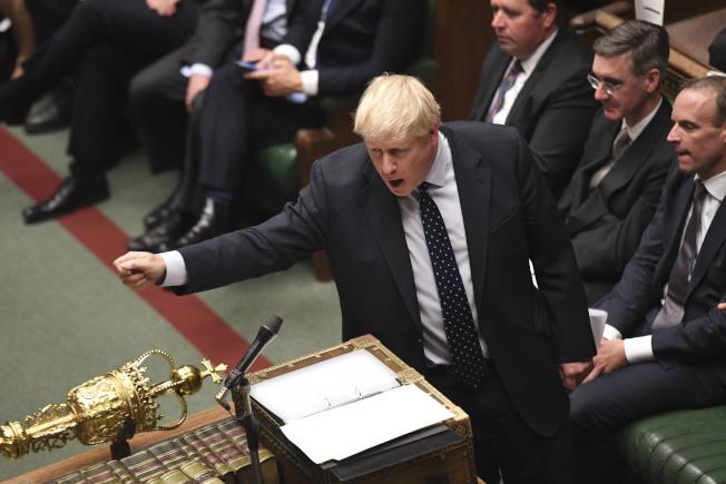 英國首相強生14日在國會下院發言。 (新華社)