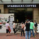 被砸店、拒買 香港星巴克捲示威浪潮 紐時:蘋果恐是下一個