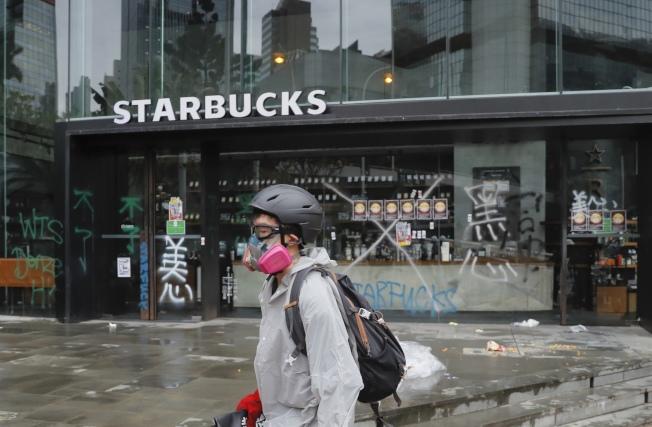 香港反送中示威者的抗議對象開始擴大,除中資企業外,支持北京立場的港資業主企業也變成新的目標。圖為支持北京立場的香港美心企業所代理的美商星巴克咖啡店也遭殃,店面遭示威者攻擊。(Getty  Images)