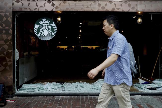 香港反送中示威者的抗議對象開始擴大,除中資企業外,支持北京立場的港資業主企業也變成新的目標。圖為支持北京立場的香港美心企業所代理的美商星巴克咖啡店也遭殃,店面遭示威者攻擊。(美聯社)