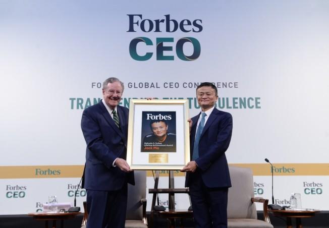 2019福布斯全球CEO大會15日在新加坡舉行,馬雲被授予福布斯終身成就獎。(取材自觀察者網)