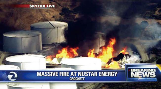東灣克洛克特市(Crockett)的兩個巨型儲油庫,15日下午發生爆炸和大火。(電視新聞截圖)