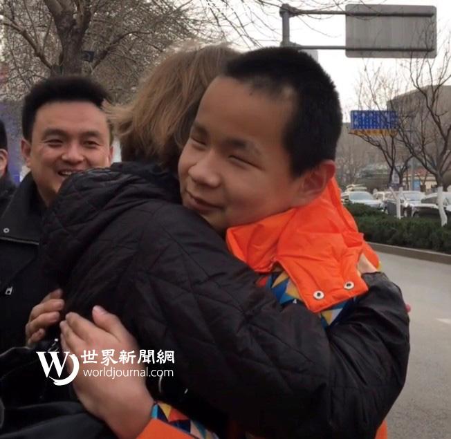 克莉絲汀第一次看見兒子國福亮時,開心地互相擁抱。(瑟爾比家庭提供)