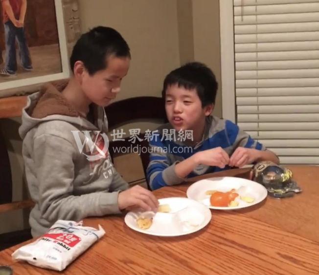 2016年1月21日,國福亮(左)與弟弟申杰(右)在美國重逢。(瑟爾比家庭提供)