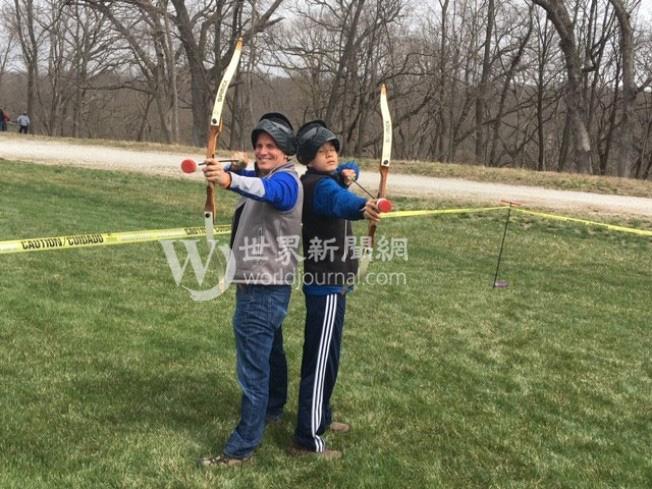 爸爸崔瑞斯(左)時常帶著兒子國福亮從事戶外運動。(瑟爾比家庭提供)