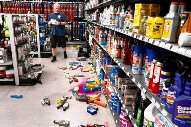 東灣快樂山(Pleasant Hill)附近,周一深夜發生4.5規模的地震,圖為該市一家五金店的架上貨品,被震落地。(電視新聞截圖)