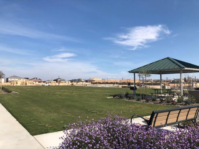 購買土地遠比購買房子複雜多了,且費時經年,成功與否在於事前仔細評估,「地點」與「環境」又是最大關鍵。圖為聖伯納汀諾縣安大略市Ontario Ranch開發計畫中的公園與綠地。(記者胡清揚/攝影)