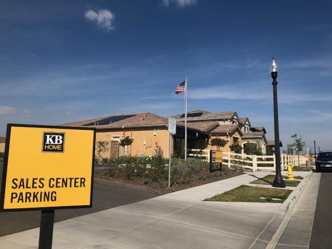 購買土地遠比購買房子複雜多了,且費時經年,成功與否在於事前仔細評估,「地點」與「環境」又是最大關鍵。圖為聖伯納汀諾縣安大略市KB Home 參與的Ontario Ranch開發計畫。(記者胡清揚/攝影)