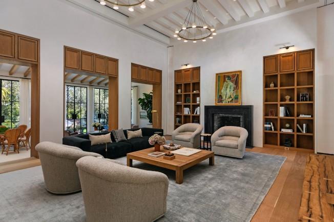 豪宅客廳天花板有橫樑。(房地產經紀公司提供)