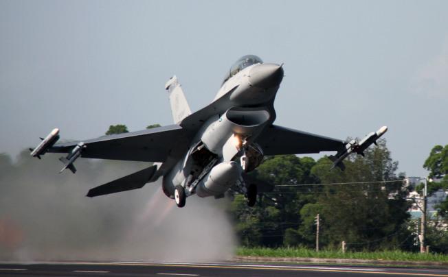 空軍現役F-16A/B戰機正接受代號「鳳展」的性能計畫,不過由於漢翔人力不足等因素,進度出現明顯延宕。今年第一季應該交機的6架,拖到9月才全部出廠。受到工程進度延宕影響,目前全台四分之一的F-16,都在工廠中無法執行戰備。(本報資料照片)