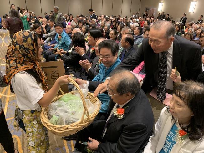 活動現場也請戴著斗笠、手提竹籃的志工義賣粽子、豆乳,僑胞踴躍參與。(記者林亞歆/攝影)
