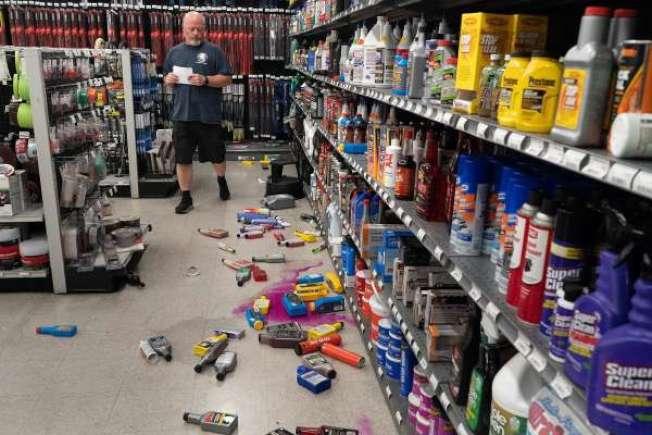 36--東灣快樂山(Pleasant Hill)附近,周一深夜發生4.5規模的地震,圖為該市一家五金店的架上貨品,被震落地。(電視新聞截圖)