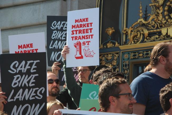 大批民眾在市政廳前集會,支持市場街的「無車化」。(記者李晗/攝影)