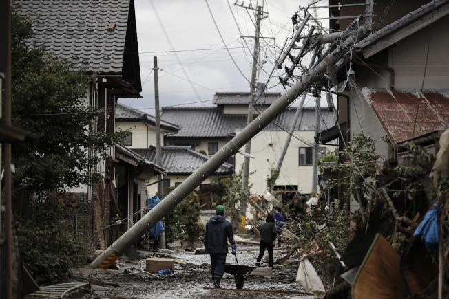 颱風哈吉貝吹襲過後的重災區長野縣15日滿目瘡痍。 (美聯社)