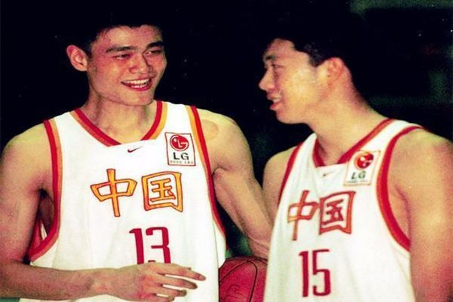 姚明(左)與王治郅當年都是中國籃球明星球員,都打過NBA。(取材自環球網)