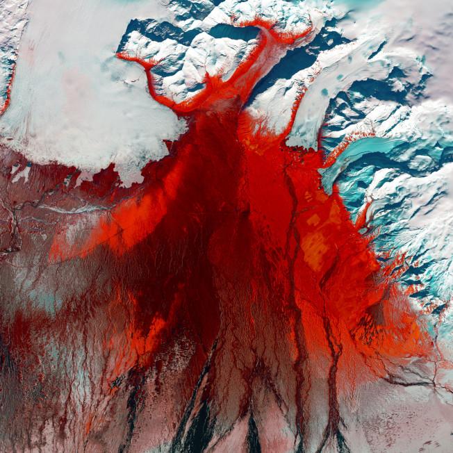 冰島看似光禿沒有植物的冰川,其實充滿著綠色生命。搶眼的鮮紅色代表著被苔蘚、樺樹灌木和其他野草,從「Skeiðarárjökull」雪白冰川上向南延伸,其中夾雜的灰黑色的細絲,則代表著過去突發的冰川融化事件,沖刷出冰島名為「Skeiðarársandur」的冰水堆積平原。強烈鮮明的顏色對比,在眼中留下難以抹滅的印象。美國地質調查局