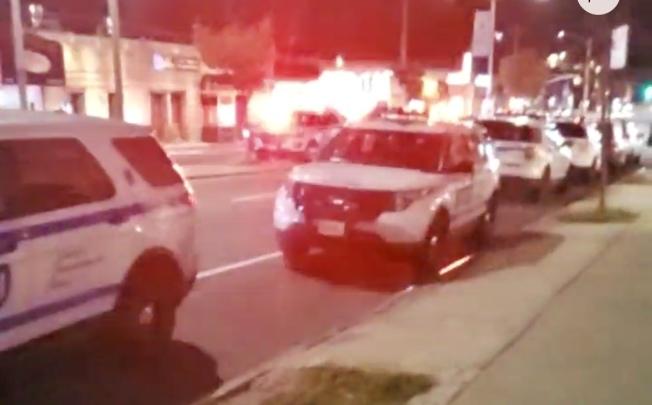 事發當晚,多輛警車停在案發現場。(Citizen APP截圖)