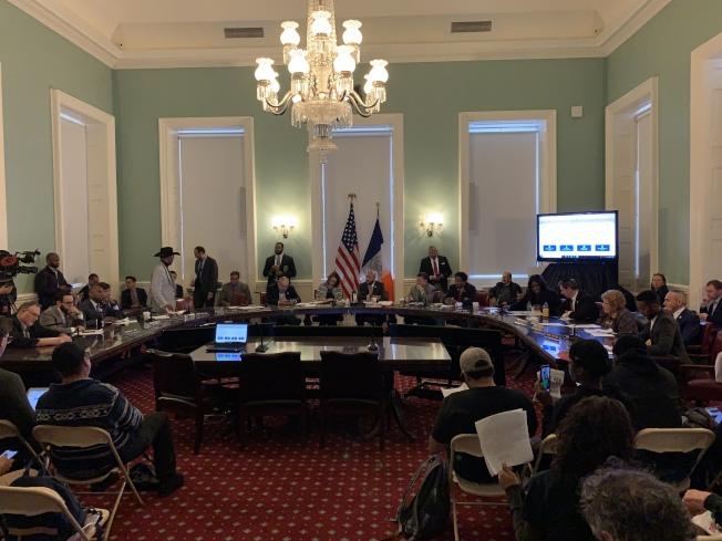 市議會地標、公共選址小組委員會和土地利用委員會16日舉行公聽會,投票通過了關閉雷克島監獄、在四區建設城區監獄的建案計畫。(記者和釗宇/攝影)