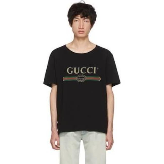 GUCCI印花字母黑色T恤。(ssense)