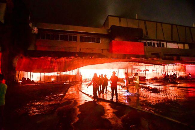 菲律賓南部民答那峨島昨天晚間發生規模6.3強震,一間購物中心因地震引發大火。(Getty Images)