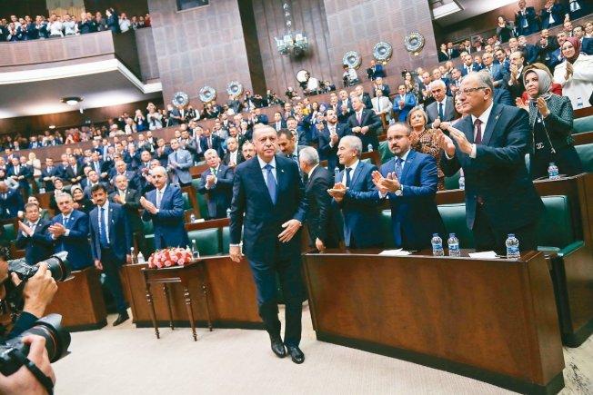 土耳其總統厄多安16日在國會對黨團發表演說,宣稱絕不對庫德族民兵停火。 (歐新社)