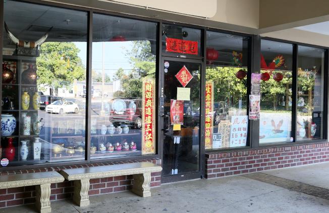 福爾摩沙紅木傢俱精品店出售各類中國禮品,是具有中國特色的百貨商店。