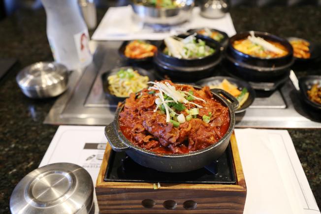 熟達午餐主菜配上六道小菜,價位在10元以內,比一個漢堡套餐便宜又豐富。