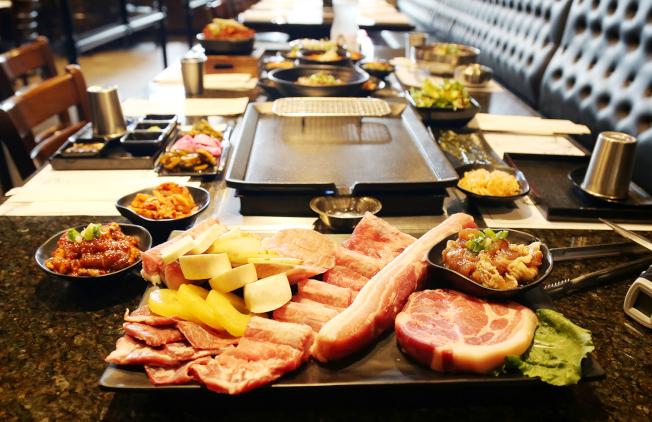 肉質鮮美的烤豬肉組合餐。