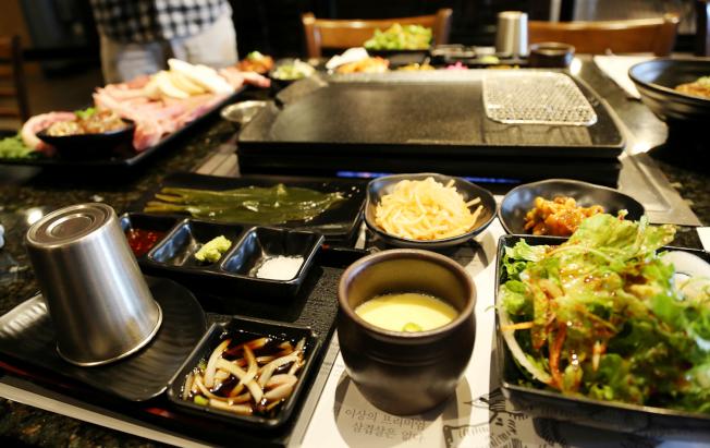 熟達配著烤肉吃的小菜和醬料非常講究,其中包著烤肉吃的山蒜葉在美國買不到,且價格高昂,得從韓國進口。